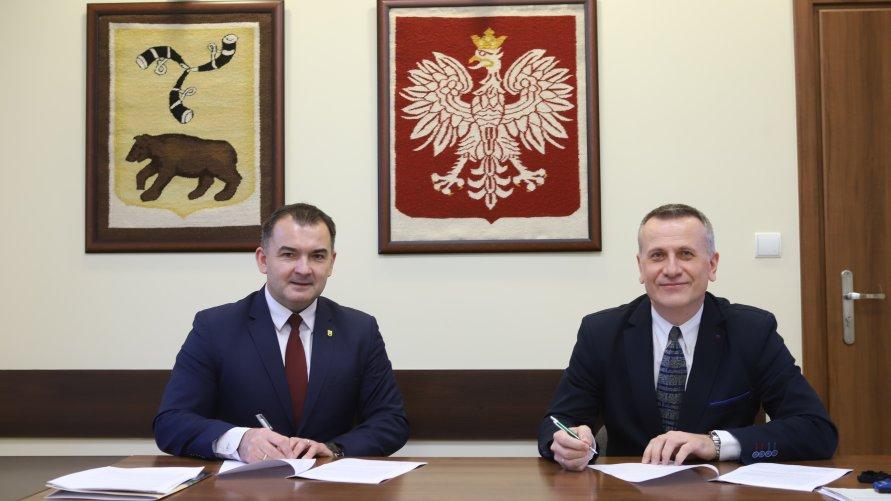Na zdjęciu Burmistrz Węgrowa Paweł Marchela i Dyrektor PGK Edwin Salamon, podpisują umowę