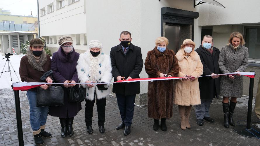 Uroczyste przecięcie wstęgi podczas oficjalnego oddanie do użytku windy w Węgrowskim Ośrodku Kultury.